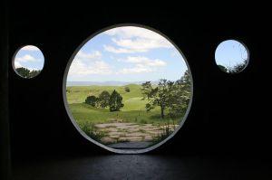 800px-Inside_a_Hobbit_hole2