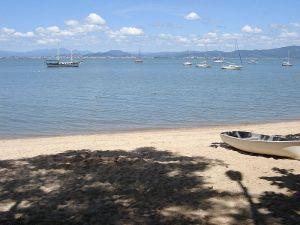 800px-Florianopolis_SAntonioLisboa_beach